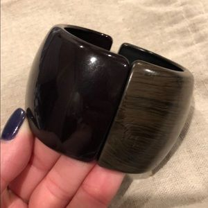 Two tone magnetic cuff
